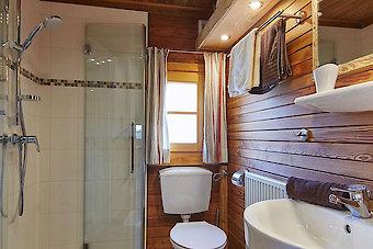 Badezimmer im Blockhaus auf dem Reiterhof